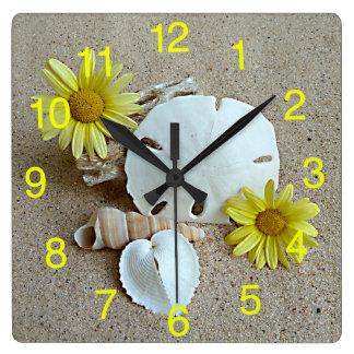 Relógio Quadrado Margaridas e Seashells amarelos no pulso de