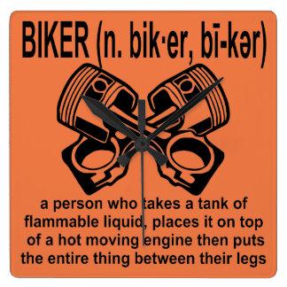 Relógio Quadrado Motociclista (n) definição: Uma pessoa de que tome
