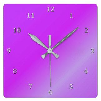 Relógio Quadrado Números magentas protegidos das cinzas do