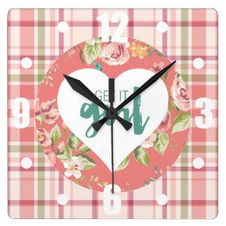 Relógio Quadrado Obtenha-lhe o rosa da menina e a xadrez das flores