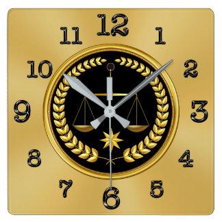 Relógio Quadrado Ouro e pulsos de disparo pretos do advogado