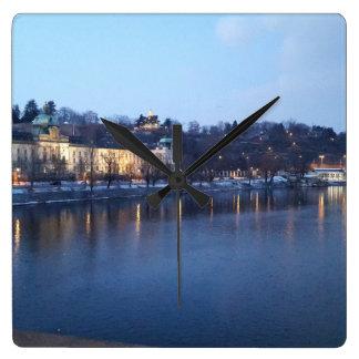 Relógio Quadrado Paisagem de Újezdv no pulso de disparo do início