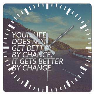 Relógio Quadrado Palavras inspiradas - a vida obtem melhor pela