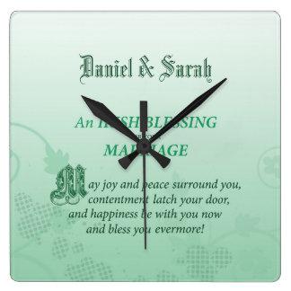 Relógio Quadrado Parabéns irlandeses do casamento que abençoam