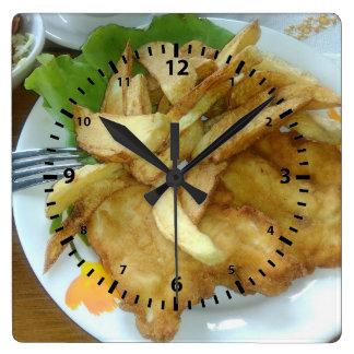 Relógio Quadrado Peitos de frango Roasted com batatas fritadas