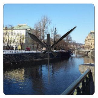 Relógio Quadrado Riverbank de Vltava no pulso de disparo de Praga