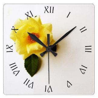 Relógio Quadrado Rosa amarelo no pulso de disparo de parede romano