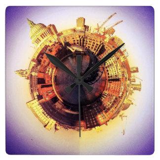 Relógio Quadrado Rua Pauls e a ponte de Milenium