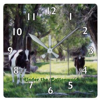 Relógio Quadrado Sob o Cottonwood