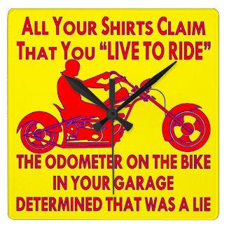 """Relógio Quadrado Sua camisa reivindica que você """"vive para montar"""""""