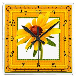 Relógio Quadrado Susan de olhos pretos amarela no quadro quadrado