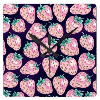 Relógio Quadrado Teste padrão cor-de-rosa da morango no fundo roxo