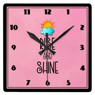 Relógio Quadrado Tipografia da elevação e do brilho com Sun e nuvem