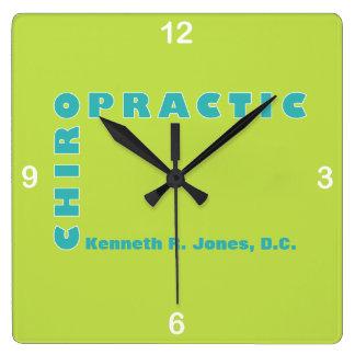 Relógio Quadrado Tipografia em cores fortes para o Chiropractor
