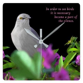 Relógio Quadrado Um pássaro de zombaria do norte com as folhas do