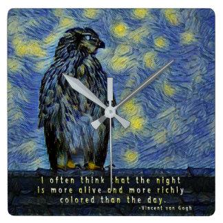 Relógio Quadrado Um pássaro do falcão em um telhado em uma noite