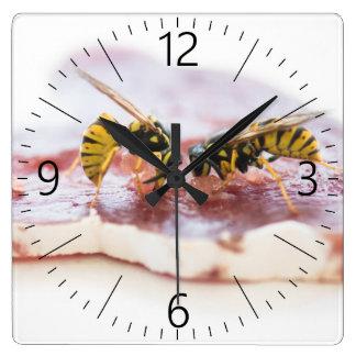 Relógio Quadrado Vespas que comem uma salsicha