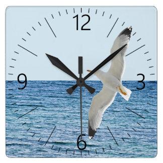 Relógio Quadrado Vôo da gaivota acima de um mar