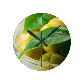 Relógio Redondo A ideia macro das azeitonas com verde deixa o