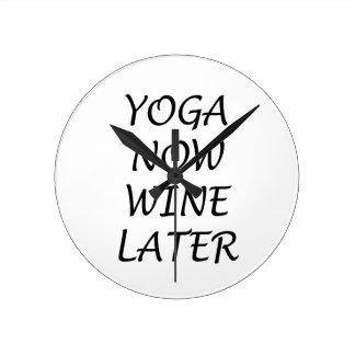 Relógio Redondo A ioga Wine agora mais tarde