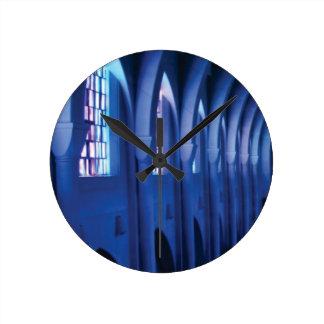 Relógio Redondo a luz entra na igreja escura