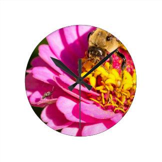 Relógio Redondo abelha e inseto que estão em uma flor roxa