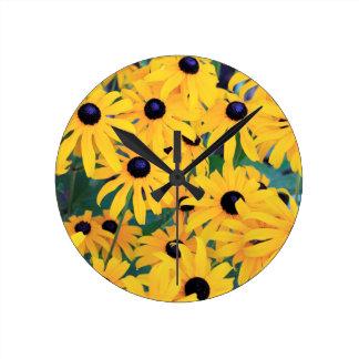 Relógio Redondo Amarelo das flores de Susan de olhos pretos dentro