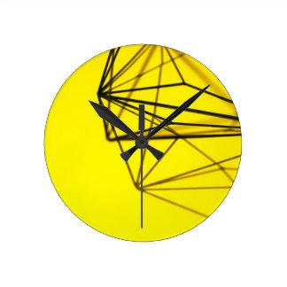Relógio Redondo Amarelo e design geométrico do metal