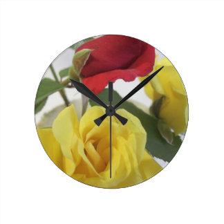 Relógio Redondo Amarelo e rosas vermelhas