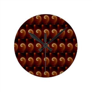 Relógio Redondo Arte espiral clara escura de Brown