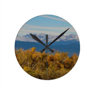 Relógio Redondo Árvores coloridas e picos de montanha majestosos