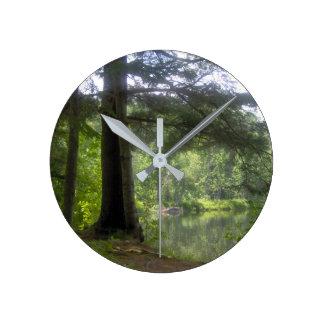 Relógio Redondo árvores e lago bonitos, água