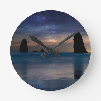 Relógio Redondo As rochas das agulhas sob o céu nocturno estrelado