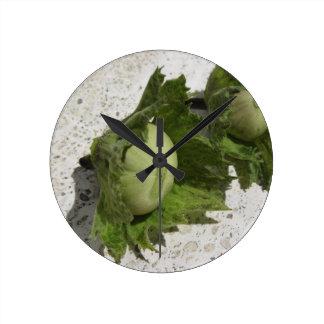 Relógio Redondo Avelã verdes frescas no assoalho