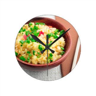 Relógio Redondo Bacia de Brown com uma parcela de arroz cozinhado