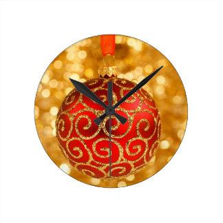 Relógio Redondo Bauble vermelho do Natal no ouro
