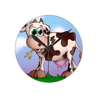 Relógio Redondo Bella a vaca que come o feno em uma parte superior