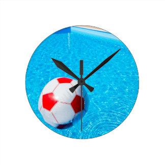 Relógio Redondo Bola de praia que flutua na água na piscina