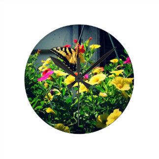 Relógio Redondo Borboleta amarela com foto das flores