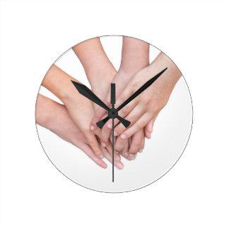 Relógio Redondo Braços das mãos das meninas em se