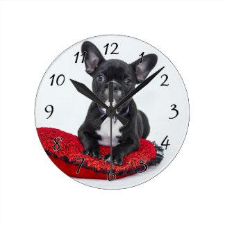 Relógio Redondo Buldogue preto e branco Terrier no travesseiro
