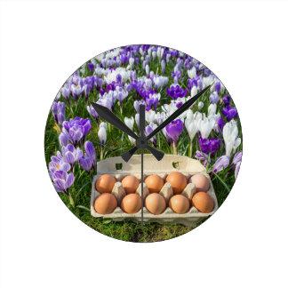 Relógio Redondo Caixa de ovo com os ovos da galinha nos açafrões