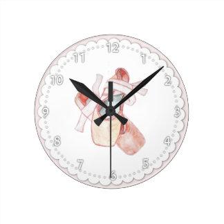 Relógio Redondo Calçados de dedo do pé cor-de-rosa do balé