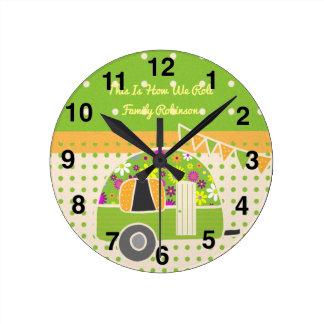 Relógio Redondo Campista Polkadots verde alaranjado do vintage