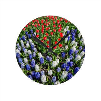 Relógio Redondo Campo de flores com as tulipas azuis e os jacintos
