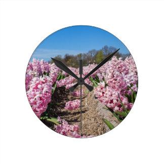 Relógio Redondo Campo de flores com os jacintos cor-de-rosa em