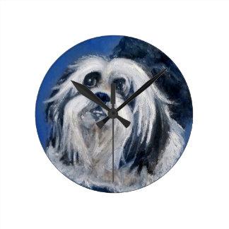 Relógio Redondo Cão pequeno brincalhão preto e branco