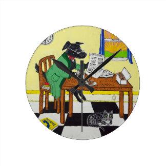 Relógio Redondo Cão que aprecia o café e as rosquinhas