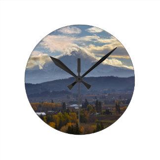 Relógio Redondo Capa coberto de neve do Mt no Outono de Oregon