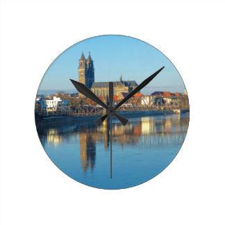 Relógio Redondo Catedral de Magdeburgo com rio Elbe 01